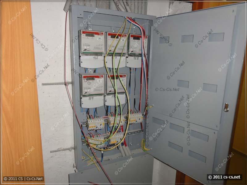 Этажный щиток с раскрытыми проводами ввода в квартиры