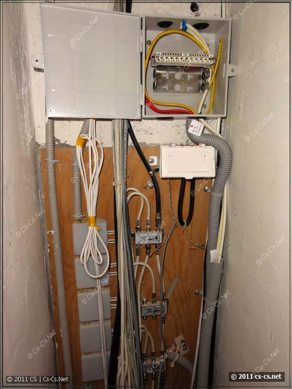 Аналогичная коробка (KR-INBOX-30-NK) использована для организации ввода в этажном щитке
