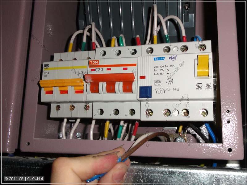 Этажный щиток: вводной автомат, УЗО и рубильник
