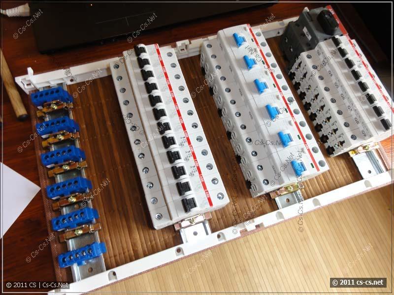 Расставляем автоматы на DIN-рейке в соответствии с планом щитка