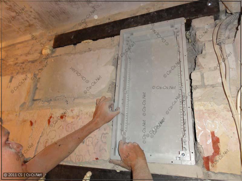 Примерка корпуса щита UK500 перед монтажом в нишу в кирпичной стене
