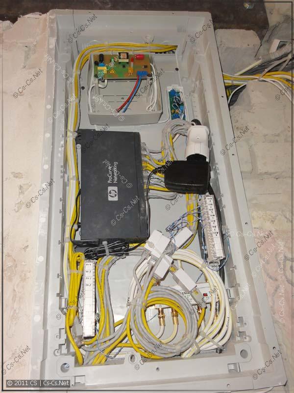 Пример монтажа квартирного щитка слаботочки с кроссировкой телефона на плинтах