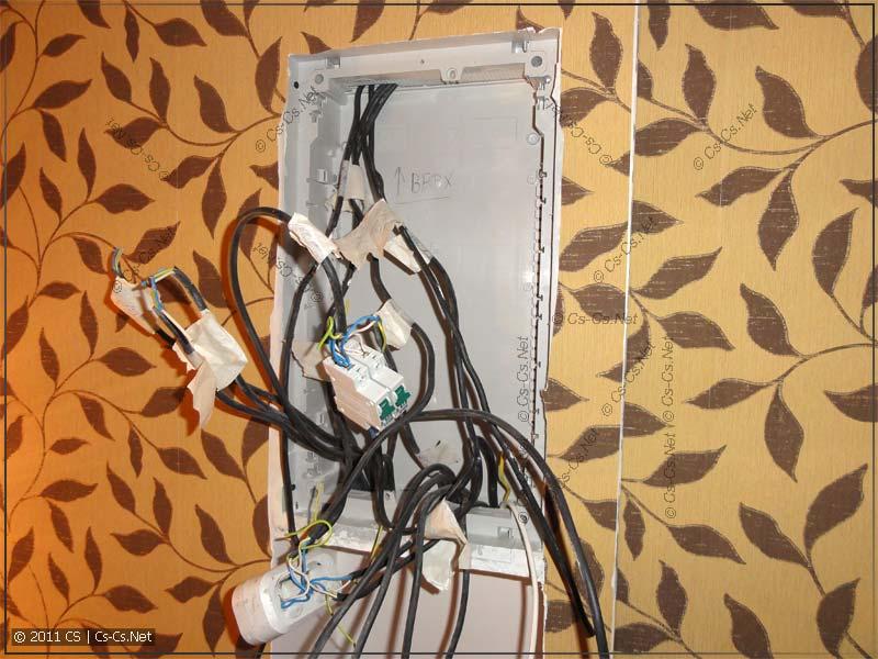Корпус от электрического щитка и кабели для его установки