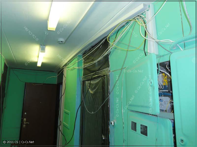 Этажный холл с кучей кабелей, которую надо привести в порядок