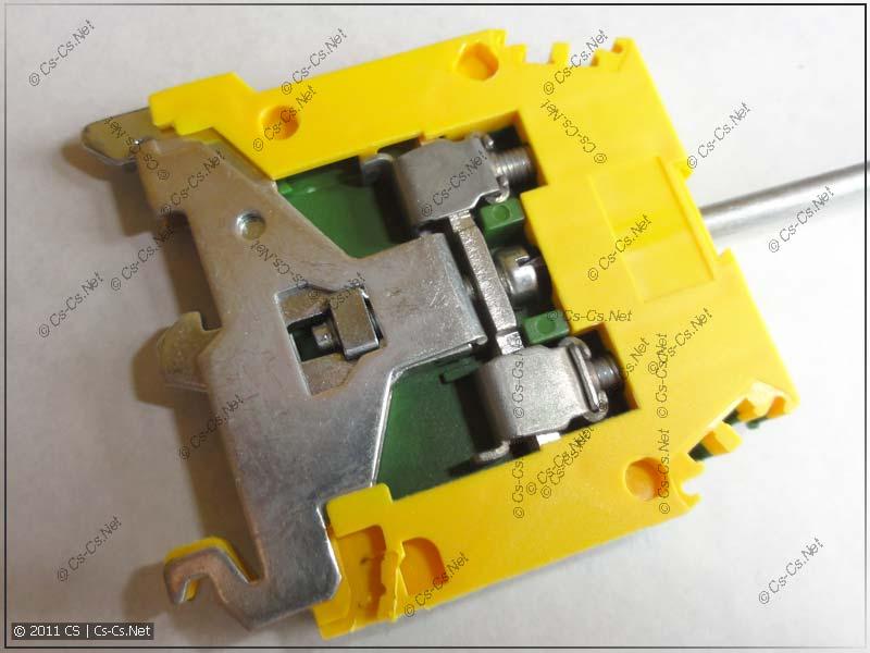 Клеммник ABB (ENTRELEC) для PE, соединённый с DIN-рейкой