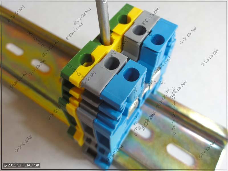 Клеммник для PE устанавливается на DIN-рейку при помощи отвёртки