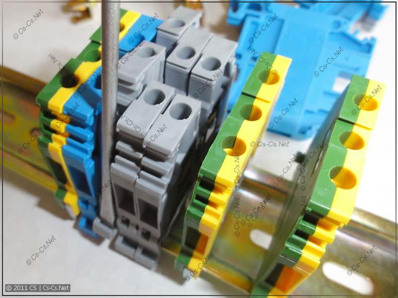 При необходимости можно удалить любой клеммник из середины блока