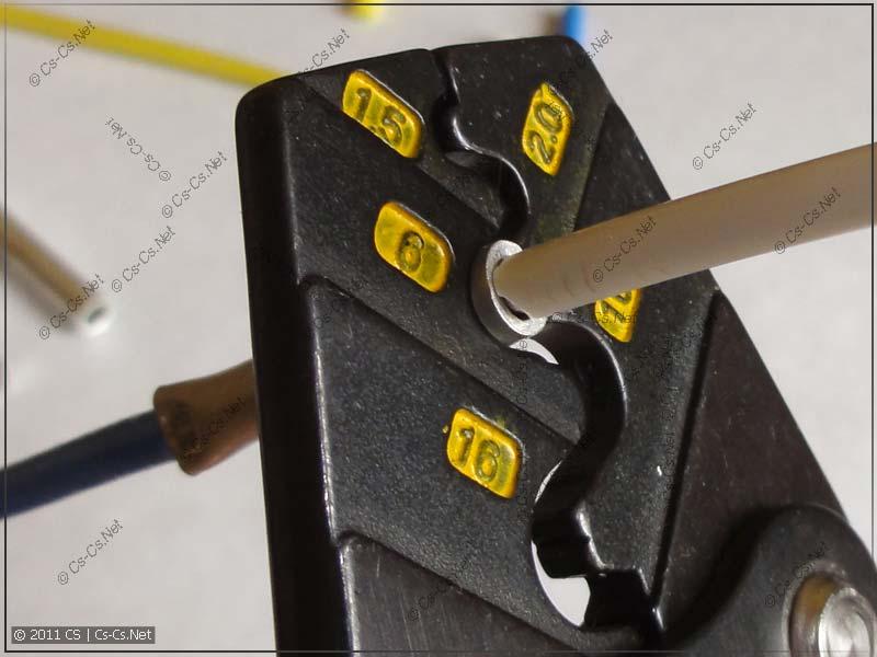 Вставляем второй проводник и опрессовываем гильзу полностью
