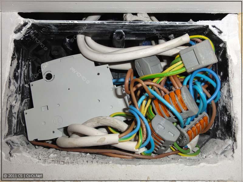 Импульсные реле от ABB запихнуты в распаячную коробку