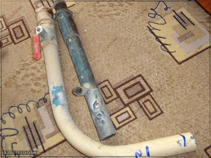 Старые куски труб (ржавые, с момента постройки дома)