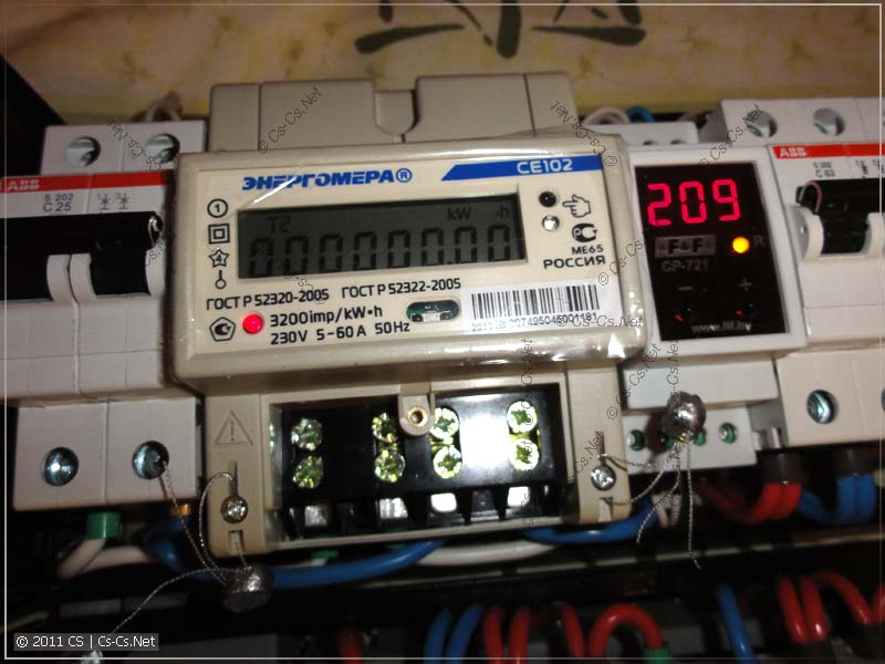 Вводной автомат, счётчик электроэнергии и реле напряжения