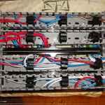 Монтаж проводами сзади щитка в перфорированном коробе