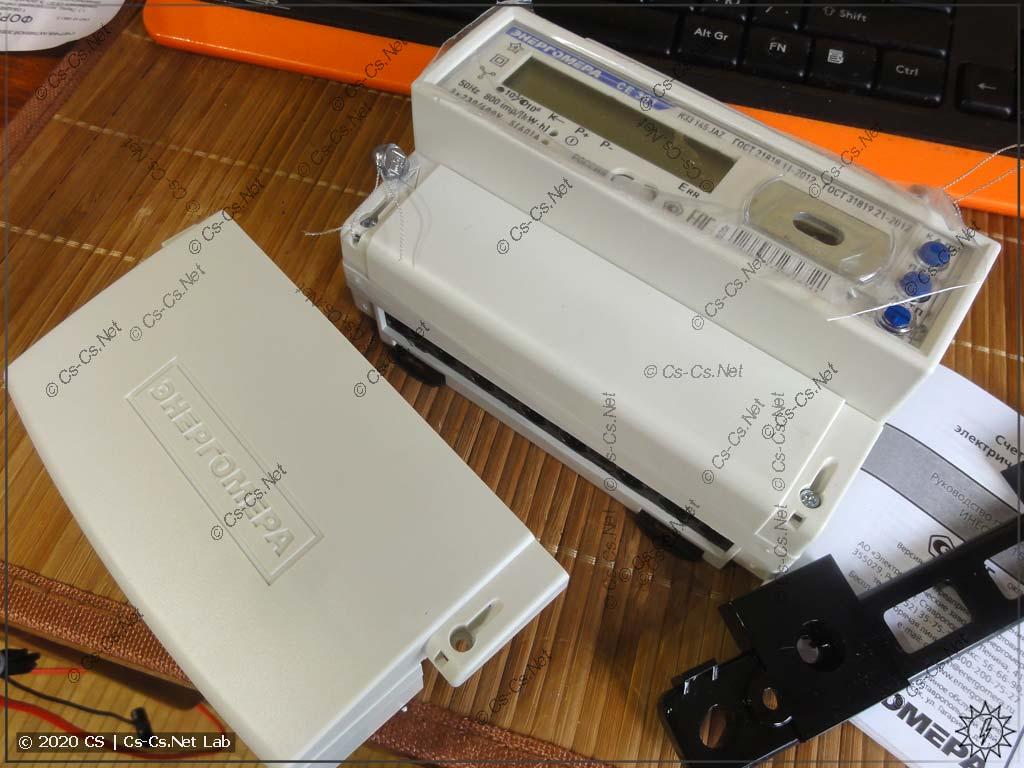 Счётчик ЭнергоМера CE30х с заменённой (идёт в комплекте) крышкой для проводов: теперь встанет в любой щит