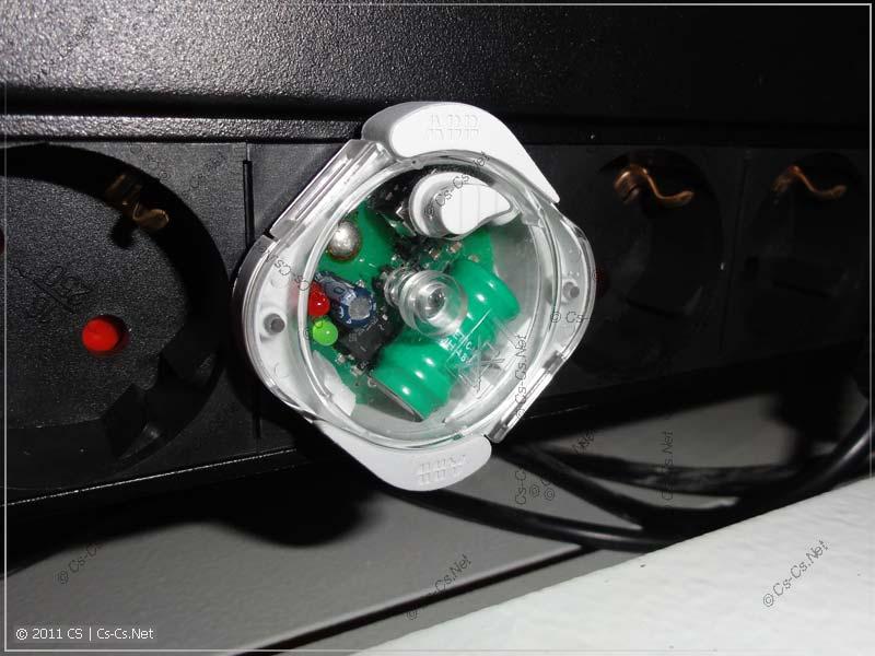 """Лампа установлена в 19"""" шкаф в колодку питания оборудования"""