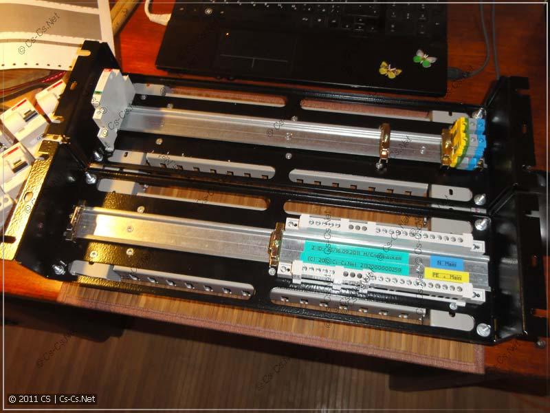 На панели ZPAS установлены DIN-рейки, ограничители и нулевые шинки