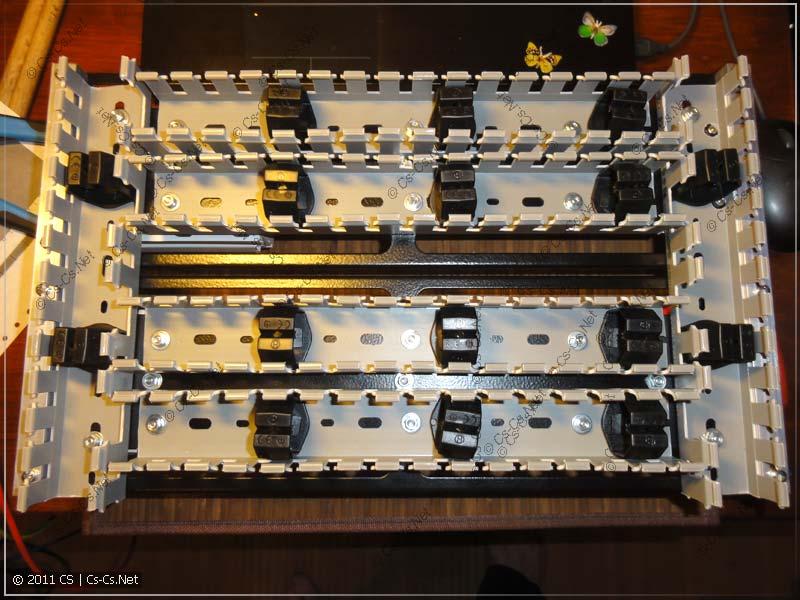 Сзади щитка установлен перфорированный короб с фиксаторами кабеля
