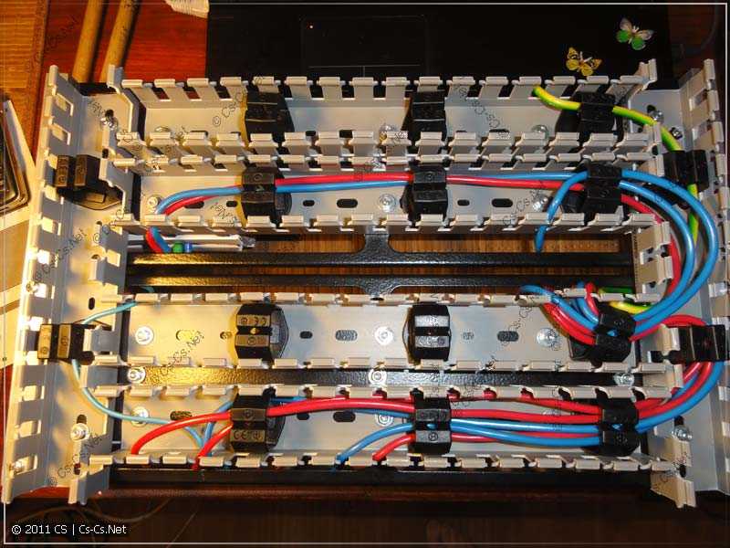Все соединения находятся с задней стороны щитка и уложены в коробах