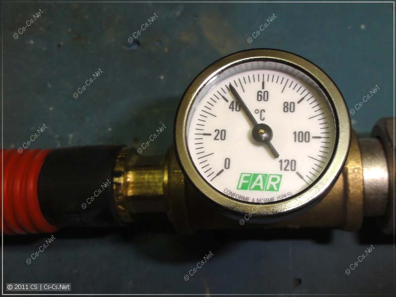 Показания термометра горячей воды в контуре полотенцесушителя
