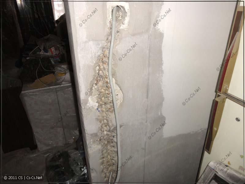 Стена, изуродованная штробой под выключатель