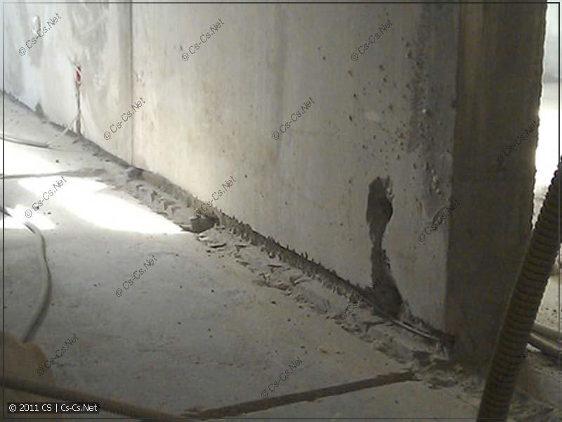 Проводка, уложенная во вскрытом межпанельном шве несущей стены