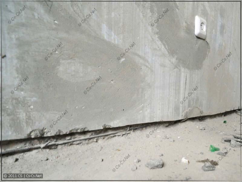 Подрез несущей стены и расковыренная арматура