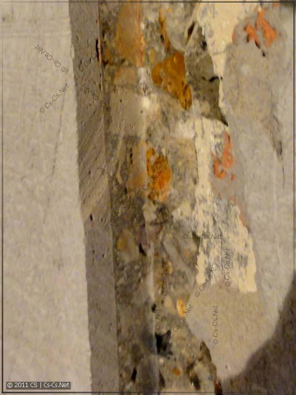 Состав бетона стены и слишком тонкий слой штукатурки