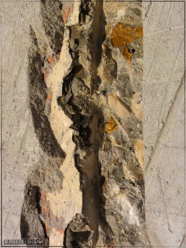 При маленькой глубине прорезания бетона выбить штробу нормально не удаётся