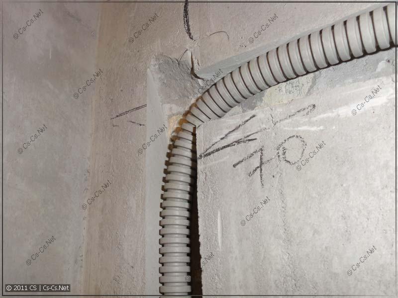 Правильная штроба строго в слое штукатурки, без повреждения бетона