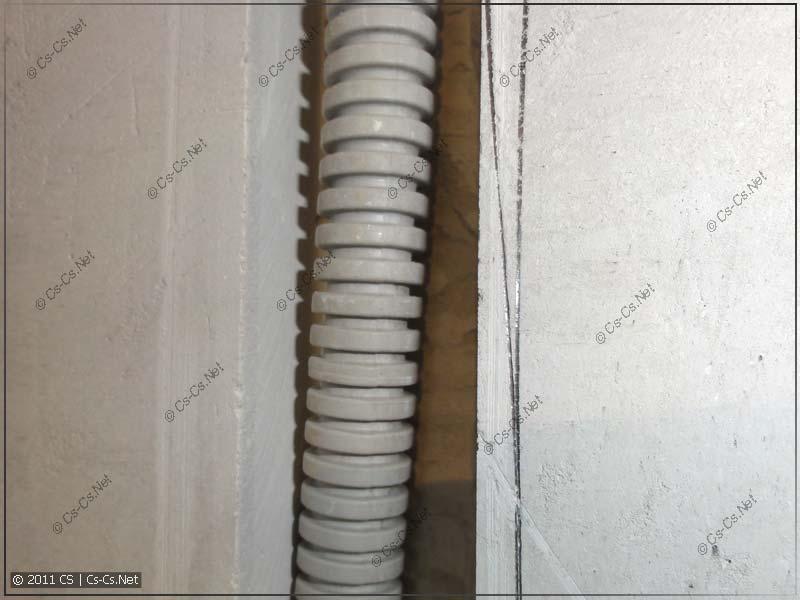 Слой штукатурки позволяет легко убрать в штробу гофру d=16 мм