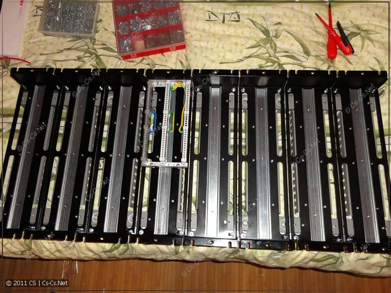 На каркас щитка установлены все необходимые элементы: шинки, DIN-рейки