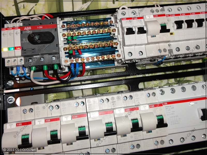 Собираем электрическую часть щитка: вводной рубильник и кросс-модуль