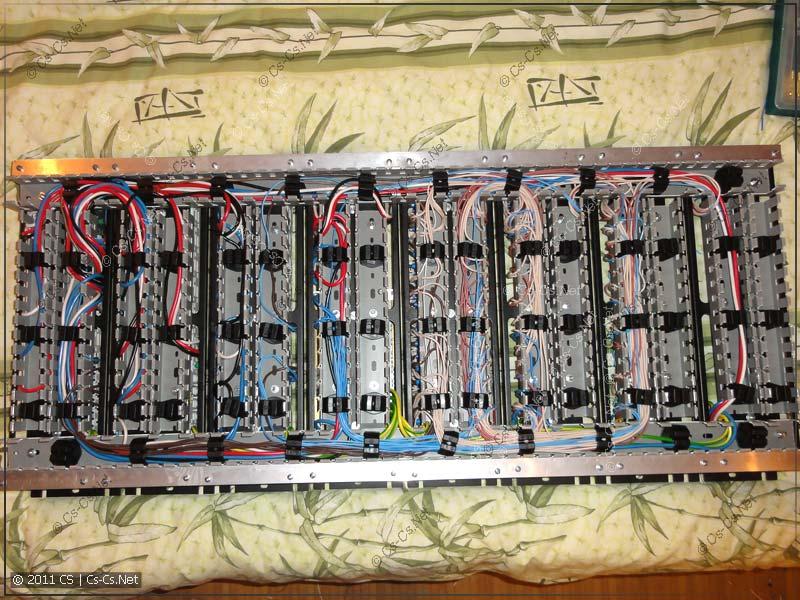 Куча проводов аккуратно и свободно уместилась в перфорированном коробе