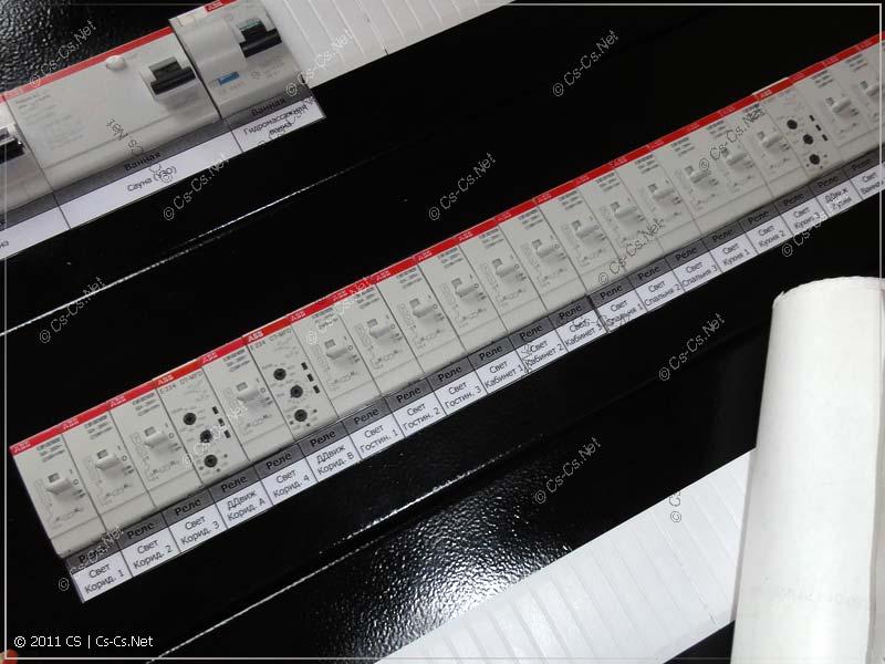 Наклеиваем этикетки на щиток в нужных местах (часть автоматики)