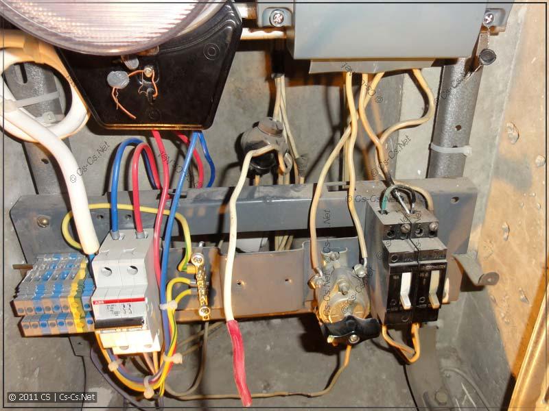 Для замены старых автоматов фазный отвод со стояка откушен и заизолирован