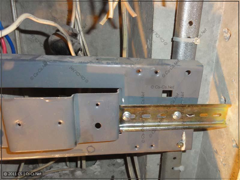 На месте старых автоматов закреплён кусок DIN-рейки