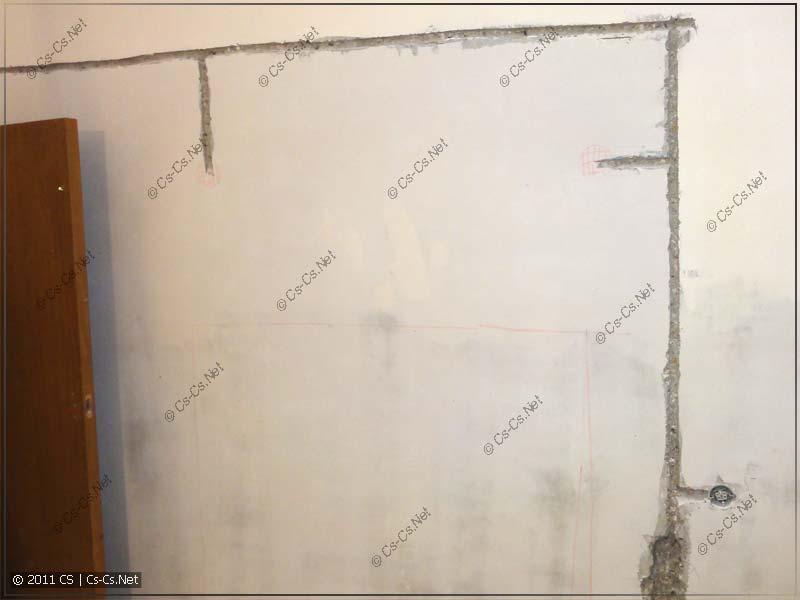 Варварское повреждение несущих стен в панельном доме горизонтальным штроблением