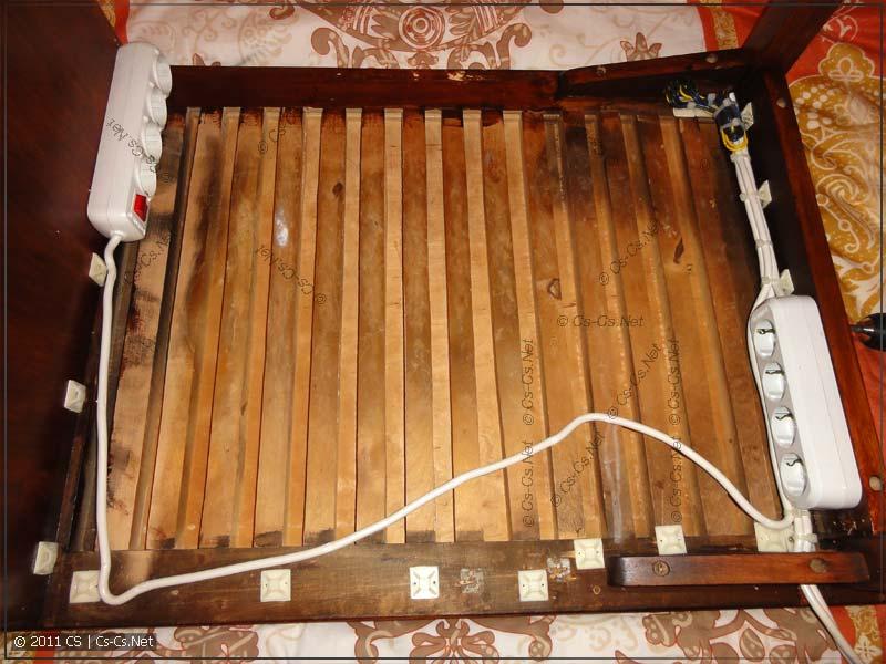 Низ стола с колодками и монтажом провода на стяжках