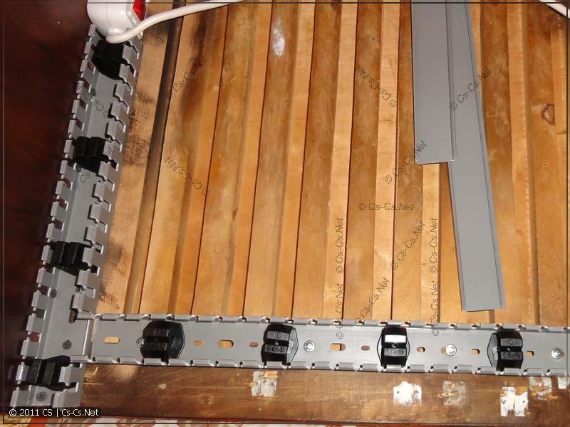 Обшиваем низ стола перфорированным коробом и ставим держатели
