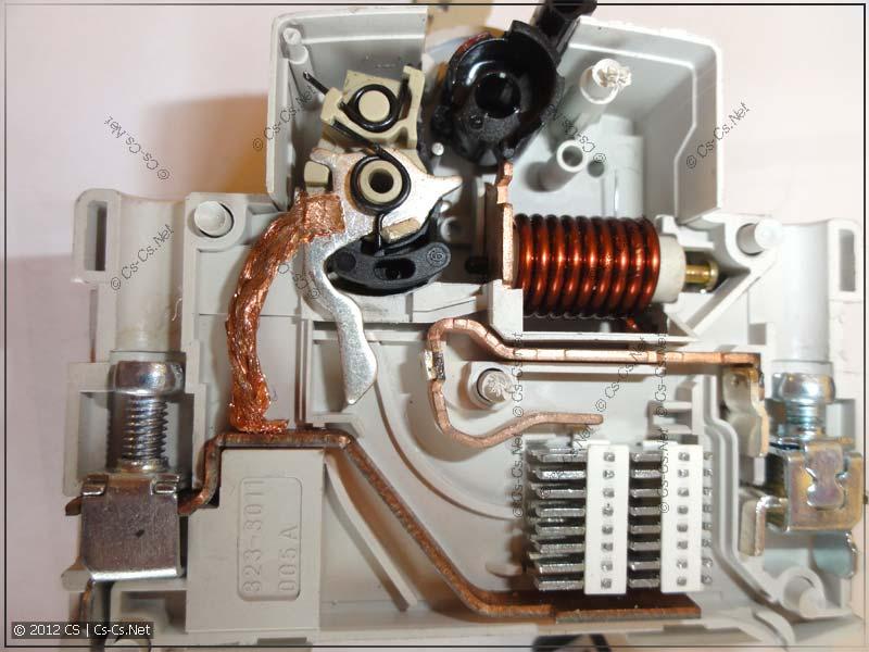 Внутренности дифавтомата: полюс N, отсутствует защита (1P+N)