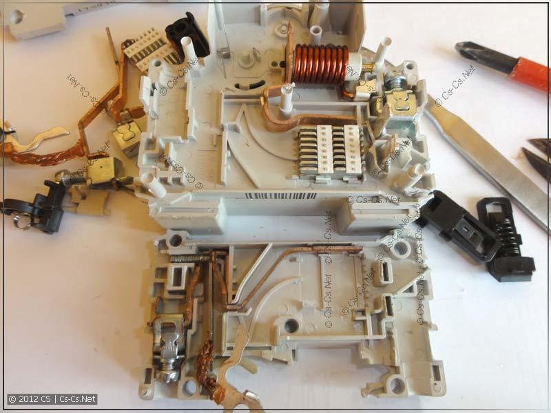 Полностью разобранный дифавтомат (часть автомата)