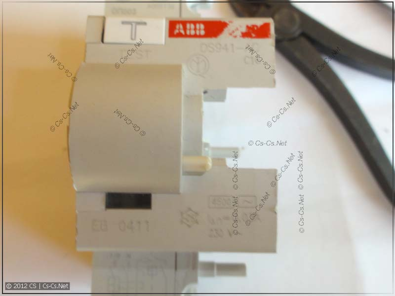 Дифференциальный блок дифавтомата (обратите внимание на стёршуюся маркировку ABB)