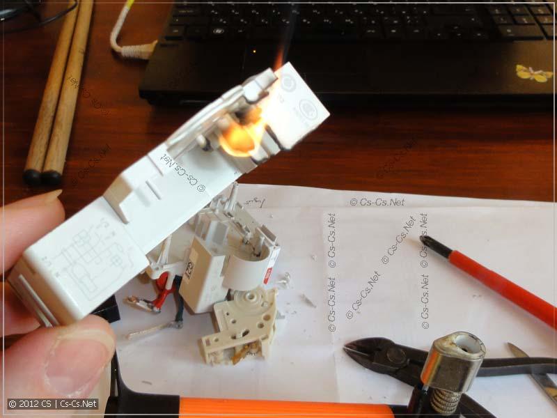 Подожгли корпус дифавтомата газовой горелкой - ГОРИМ!