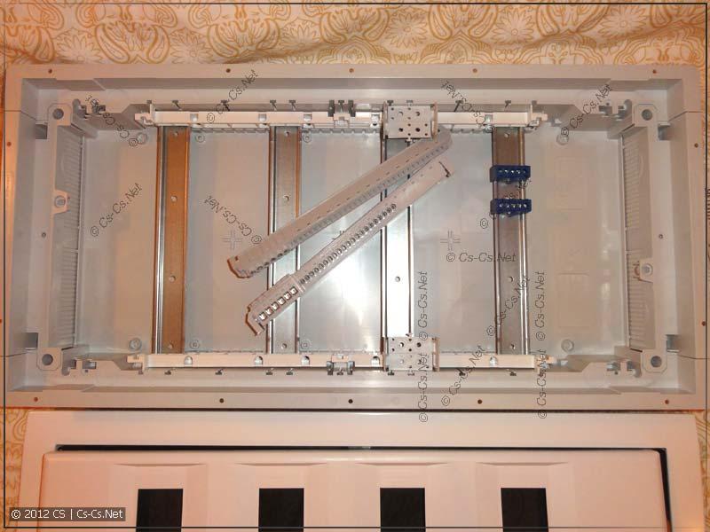 Внутренняя комплектация щитка: DIN-рейки. шинки, набор для монтажа