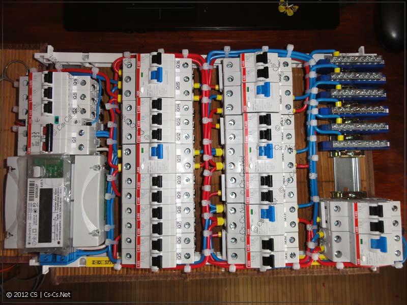 Все пучки проводов аккуратно окучены стяжками