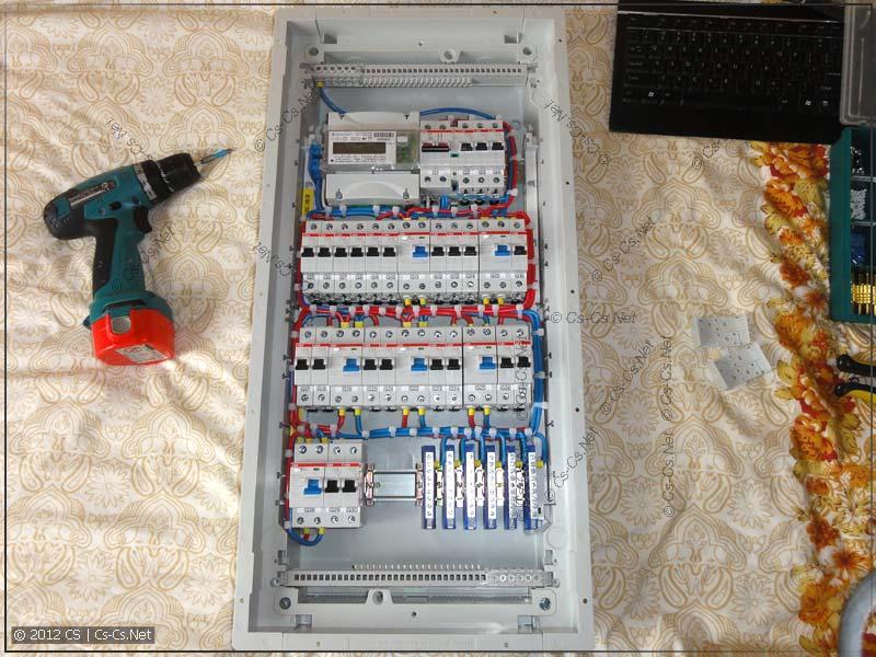Панель с DIN-рейками установлена в корпус щита