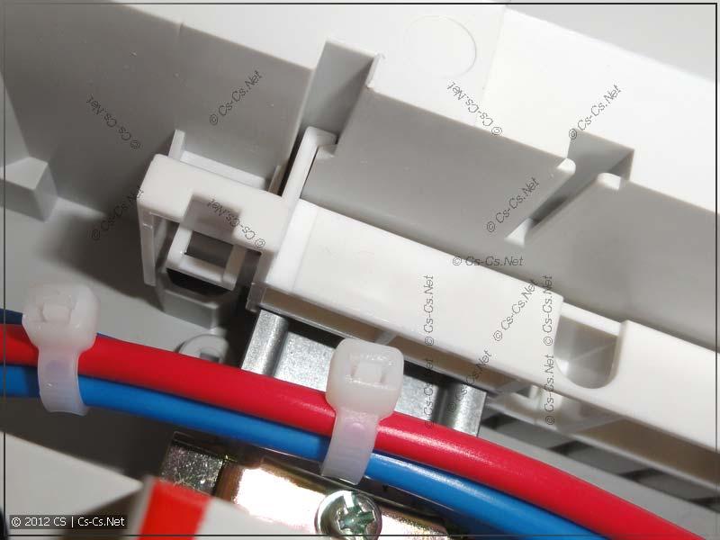 Панель с DIN-рейками фиксируется специальными защёлками