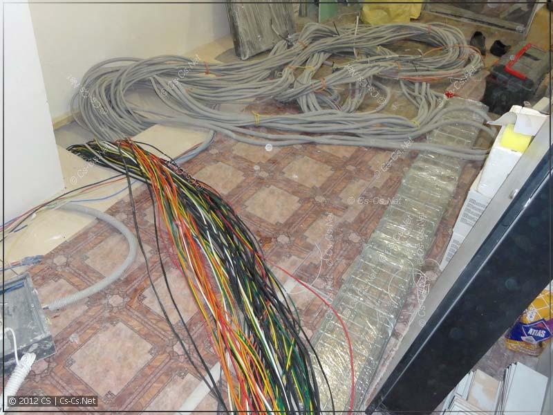 Снимаем гофры с кабелей, раскладываем их