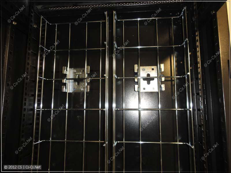 Проволочные лотки DEFEM для удобства раскладки кабелей в шкафу