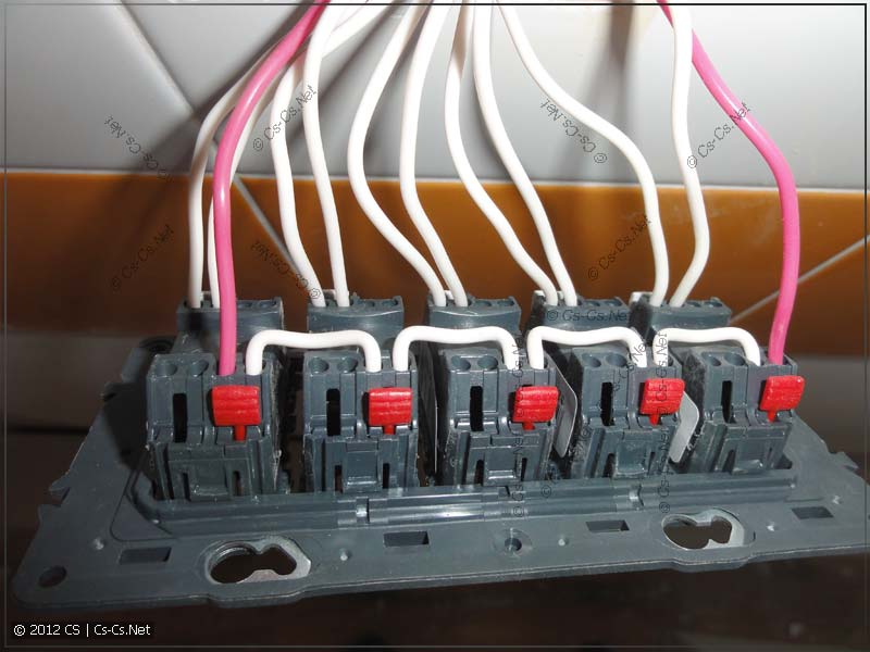 Удобное шлейфование управляющего кабеля на клеммах кнопок