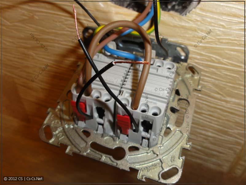 От новых ламп подсветки выведены провода (через специальные отверстия)